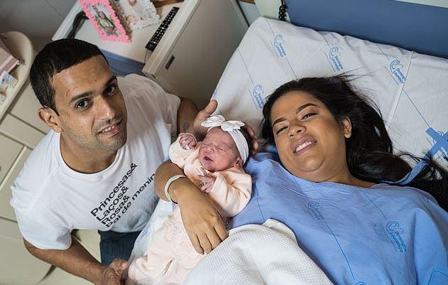 寶寶剖腹出生「厭世大臭臉」網笑翻 怒瞪剖腹醫生:我原本要多睡7天的!