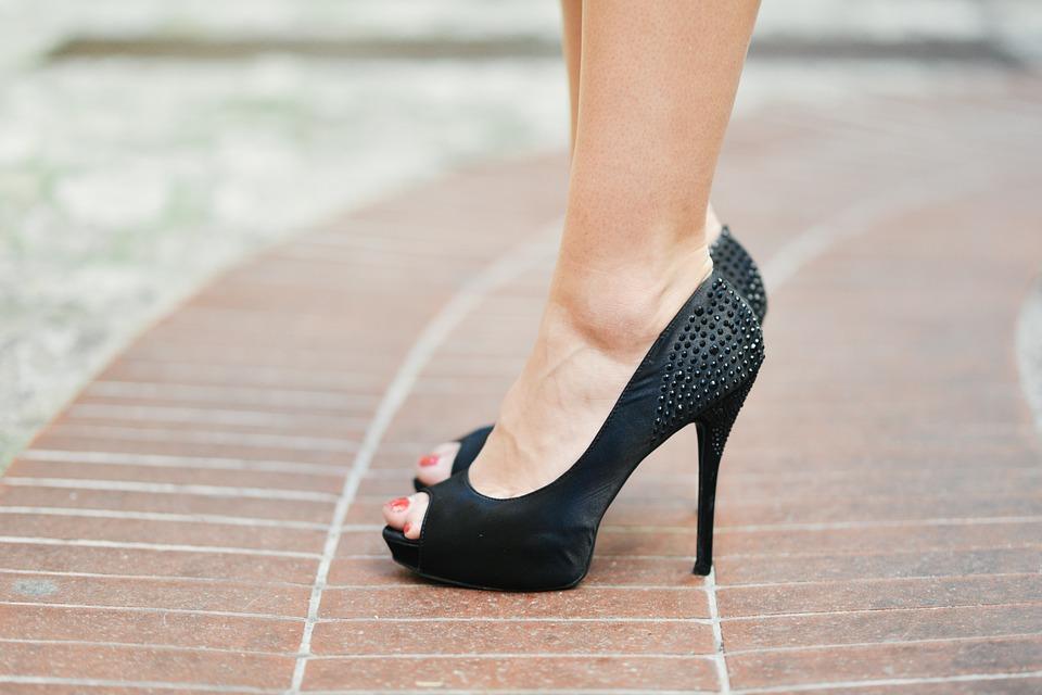 最新潮流「魚口鞋進化版」!前面開洞「大拇哥竄出」才時尚