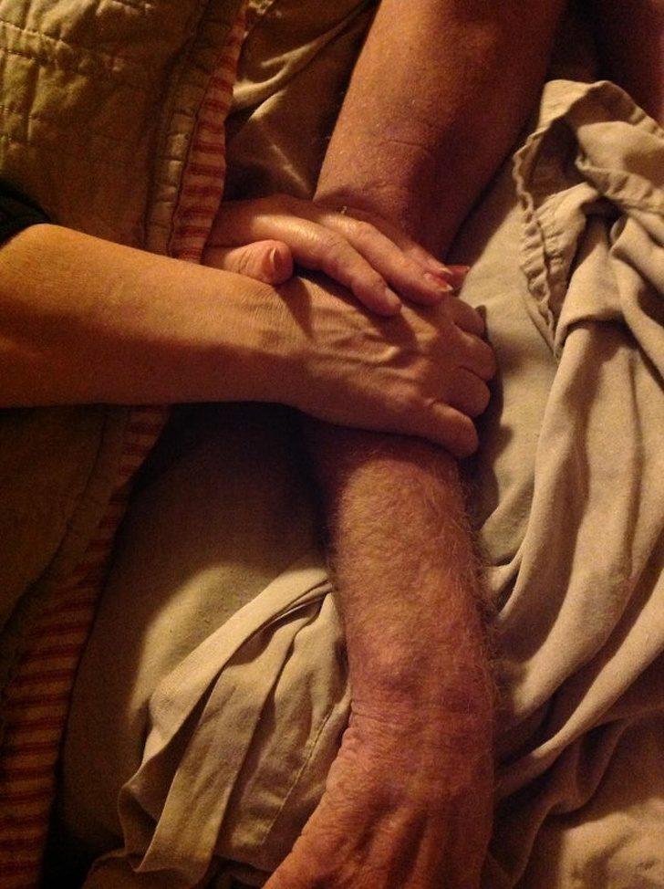 18個「看完會默默擦眼淚」的感人畫面 老伴「過世30分鐘」奶奶捨不得放手