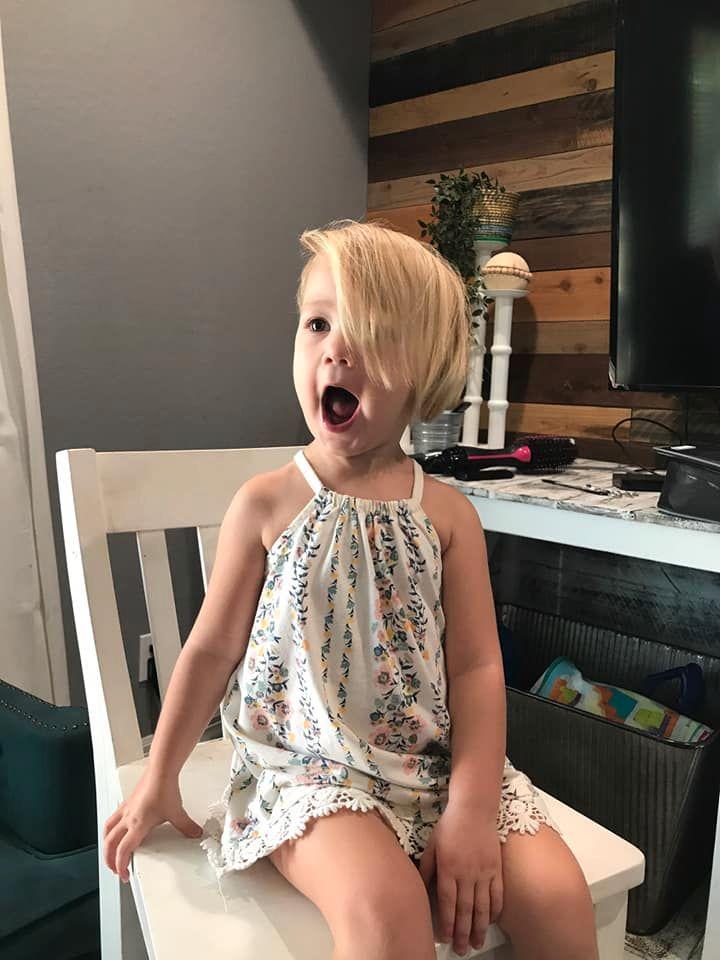 調皮弟把姊姊頭髮「剪成禿頭」媽嚇呆 理髮師「神手補救」成果被讚翻!