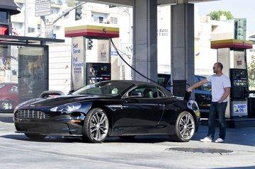 傑森史塔森「日常加油」被拍到 只是單手插口袋...感覺下秒就有大事發生!