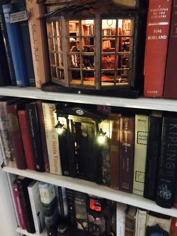 以為是《哈利波特》斜角巷的「藝術品等級書架」 鏡頭拉遠才發現被騙了!