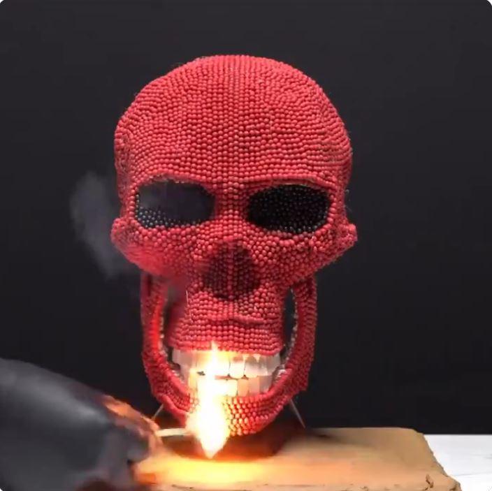 影/他用「上千根火柴」打造紅骷髏 下秒「放火燒光光」還原電影特效!