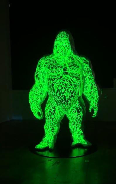 影/美術畢業生做出「1.9公尺大猩猩」 關燈上演「完整演化史」太精彩!
