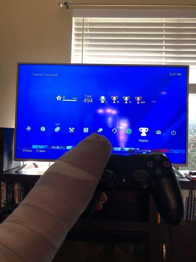 網友問卦「左手斷掉可以玩什麽遊戲?」 釣出超實際神解:只要右手就能玩!