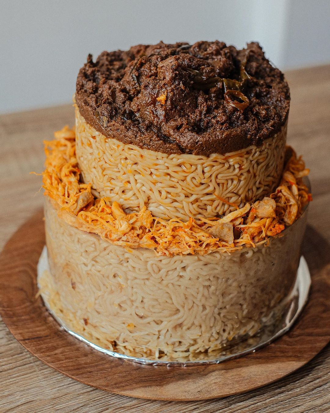 印尼蛋糕店用「泡麵取代蛋糕」長相超獵奇 詭異口感衝擊味蕾!