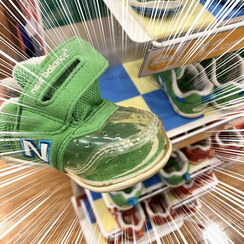 大賣場驚見「只有前面透明的鞋」 發明原因「對小孩超友善」!