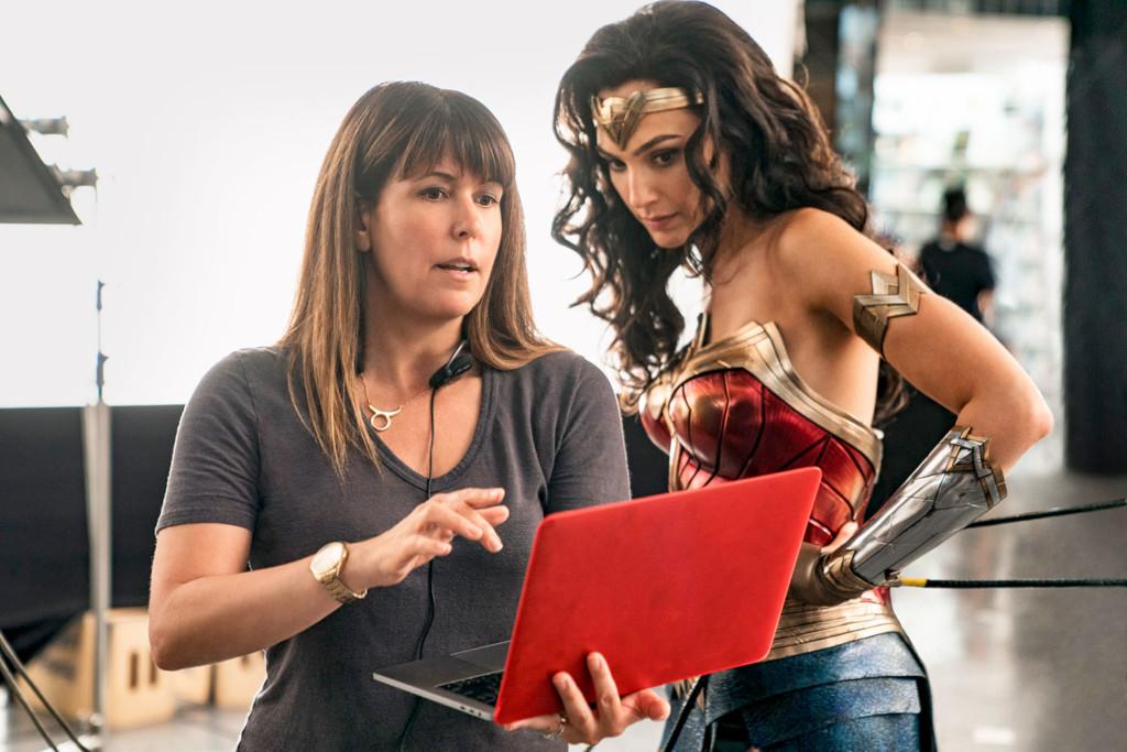 《神力女超人1984》新劇照公開!超美「金光翅膀戰甲」卻被網酸:是抄襲?