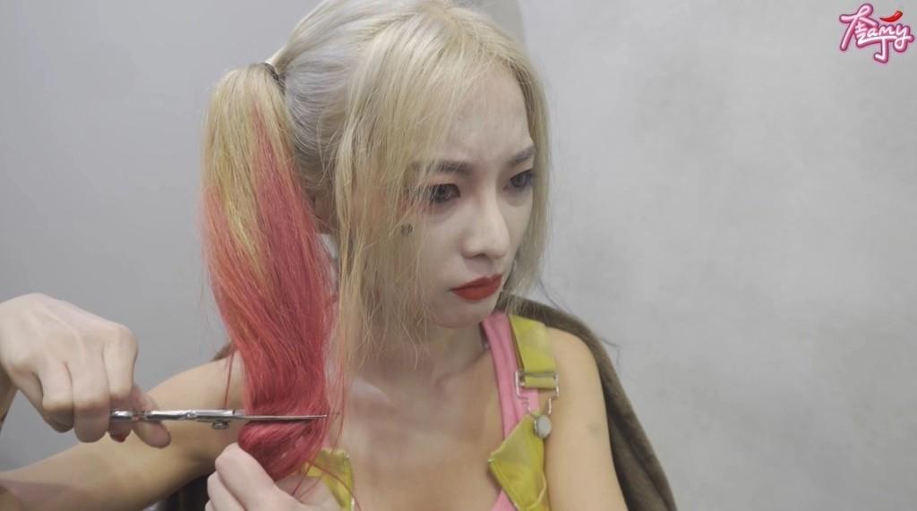 影/奎丁Cos小丑女果斷剪真髮 「魔鬼身材+病嬌眼神」網驚呆:以為是本人!