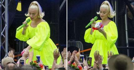 影/凱蒂佩芮澳洲開唱粉絲「送衛生紙」當禮物 網笑翻:是鐵粉!