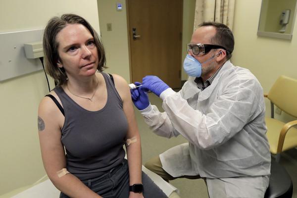 第一波「武肺人體實驗」開跑!45名志願者「注射疫苗」專家:至少還得等1年