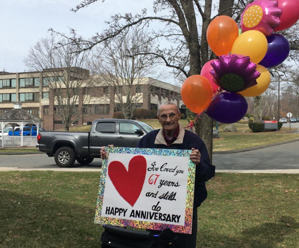 因武肺被隔離!爺爺在療養院外「舉牌+氣球」向妻子示愛:我愛你67年了❤