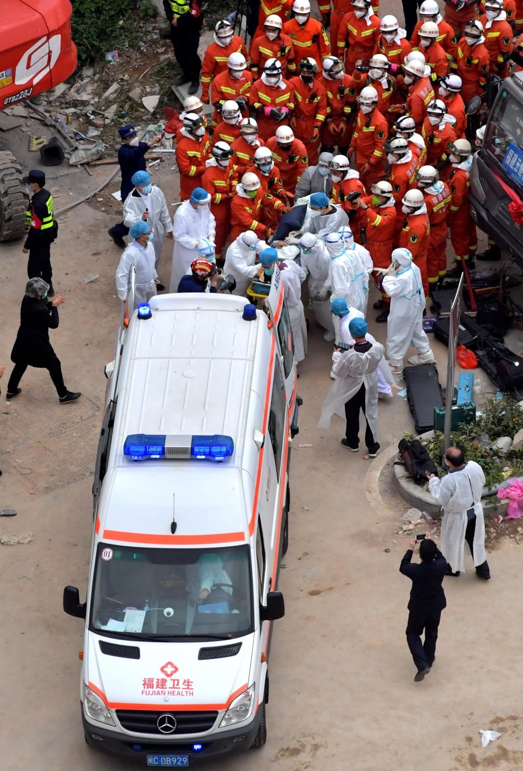 隔疫酒店崩塌!搜救犬「穿梭瓦礫救6人」腳掌全割傷「套口罩鞋」繼續救人