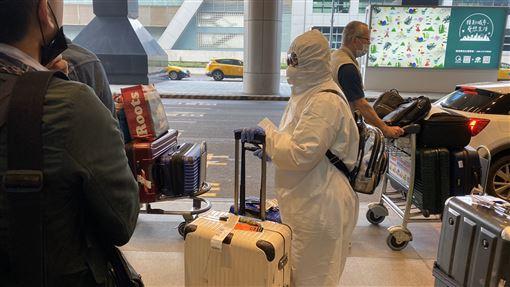 留學生憂感染「穿全套防護衣」返台 「撐22小時」終於到家:不想造成國人困擾