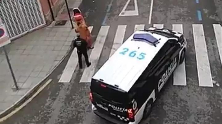 影/西班牙民眾穿「恐龍裝」趴趴走 警察攔截秒傻眼:在防武肺啦!