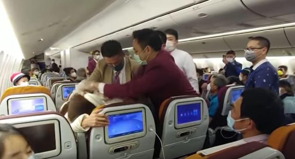 中國女對空姐「狂咳嗽」逼開艙門 慘遭「鎖喉」崩潰大叫:我犯什麼錯?