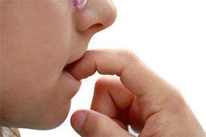 「咬指甲」容易感染武肺?專家提醒「指甲最容易藏病毒」摸臉超危險!
