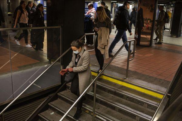 影/白目男把口水「抹在地鐵上」 害地鐵「封鎖1天」全車廂重新消毒
