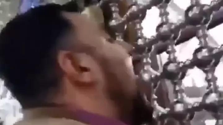 伊朗人「狂舔聖地」宣示「我不怕武漢肺炎」網全嚇瘋:舔完還狂摸臉!