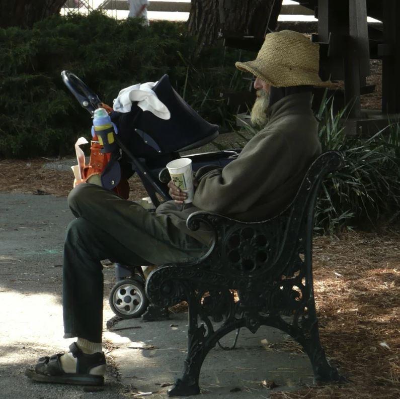 暖心警跟「流浪漢吃午餐」照片爆紅 找到本人問「請客原因」:我得到更多!