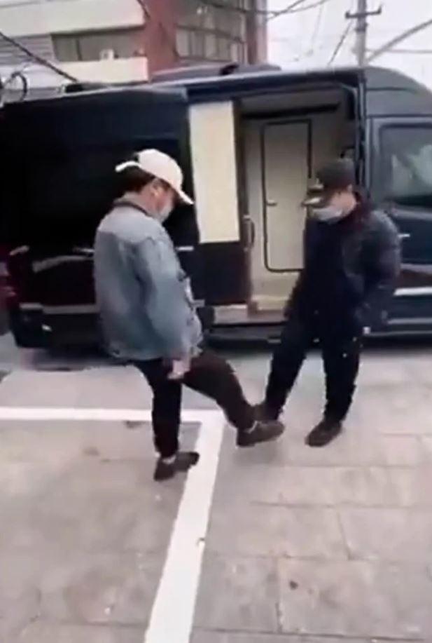 網傳武肺時期「最安全打招呼法」 兩人用「腳碰腳」代替握手!