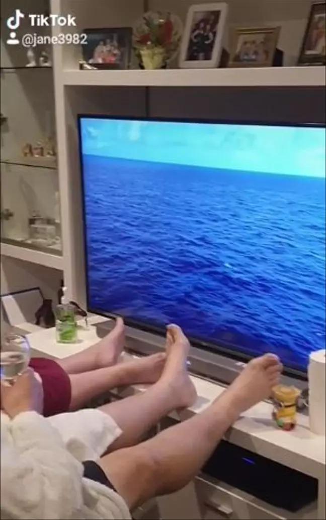 澳洲夫妻因「武肺疫情」不能去旅行 用電視「取代太平洋」創意被讚翻!