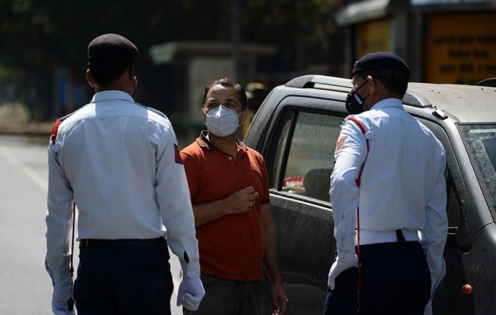 印度民眾「不甩封國禁令」隨意出門 警察直接「藤條伺候」叫他們滾回家!