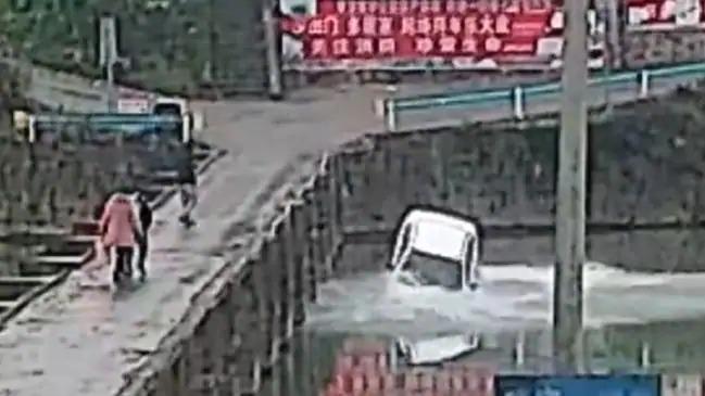 三寶男「成功考到駕照」開心跟朋友炫耀 10分鐘後「連人帶車」掉下河!