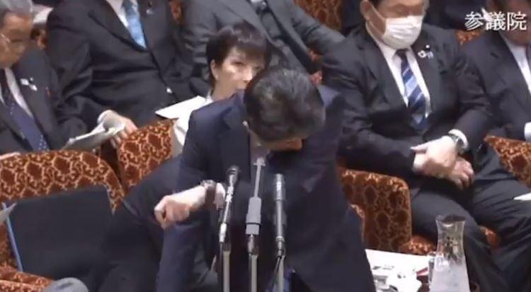 影/安倍晉三「開會狂咳嗽」還不戴口罩 他「手遮嘴+擦西裝褲」讓人看傻眼!