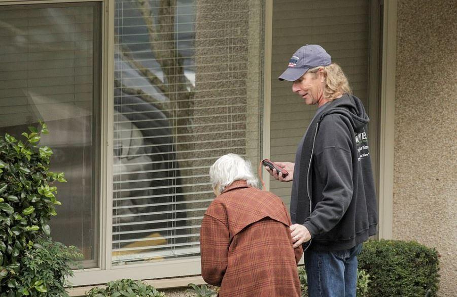 安養院被隔離!88歲奶奶「隔窗講電話」深情微笑:老伴加油❤