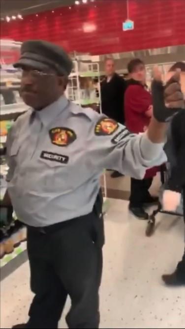 華裔女「戴口罩」遭嗆:有病就不要出門!顧客「聯合警衛」把她轟出超市