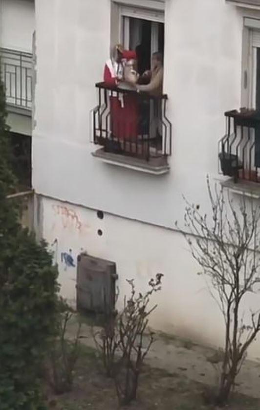 老婦用長繩「把愛犬從2樓垂吊」被罵翻 她:只是想遛狗...