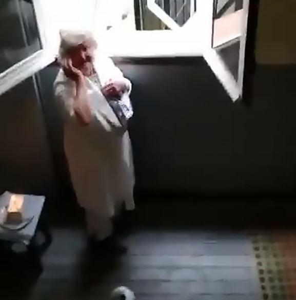 西班牙封城 鄰居在陽台「唱生日快樂歌」幫80歲奶奶慶生!