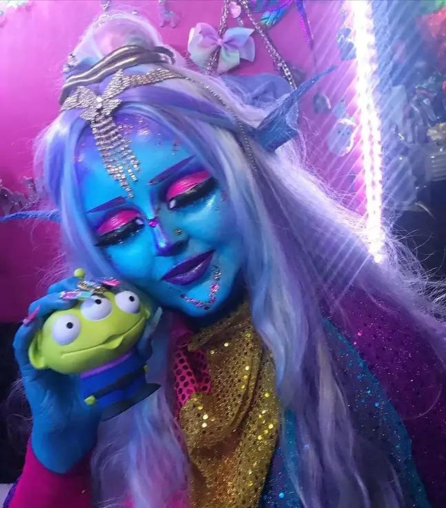 美少女「太迷戀外星人」竟把全身變「藍皮膚」:這是真正的美!