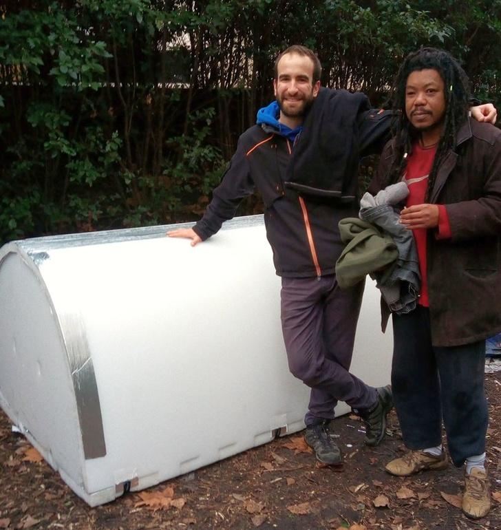 佛心工程師為街友造「輕便保暖小屋」全靠網路募資 一台車可載12個家