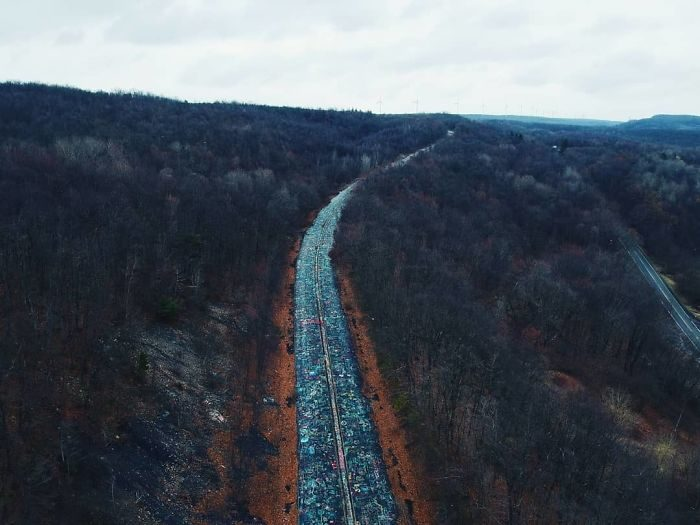 廢棄公路被「夢幻塗鴉」染成一條彩虹 《沉默之丘》竟也是在這取景!