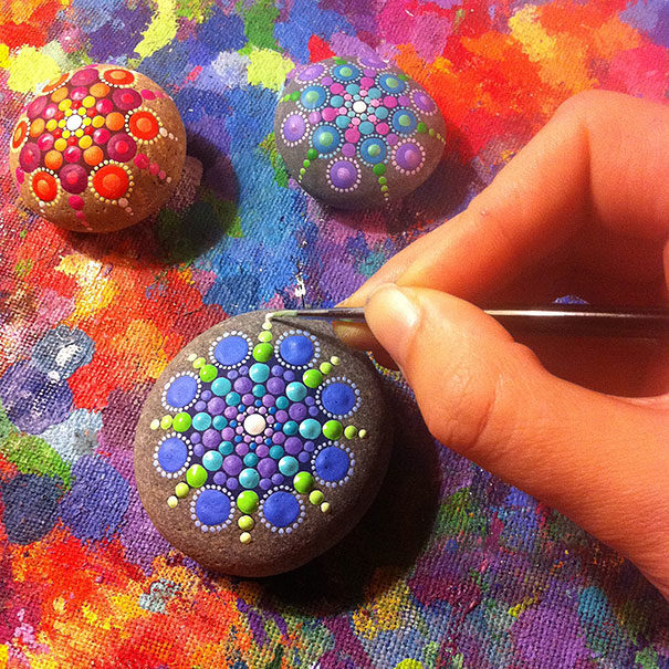藝術家把「普通石頭→唯美藝術」 全部只用「彩色點點」就完成黃金比例!
