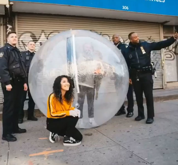 在家隔離靠「無人機搭訕對面女子」終於見面!「防疫約會法」萌到被警察攔下