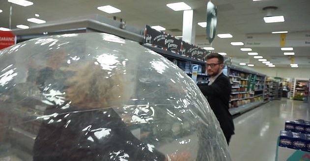 大媽怕病毒乾脆「滾太空球」進超市買東西 幸運爆表賺到「鮮肉陪逛」