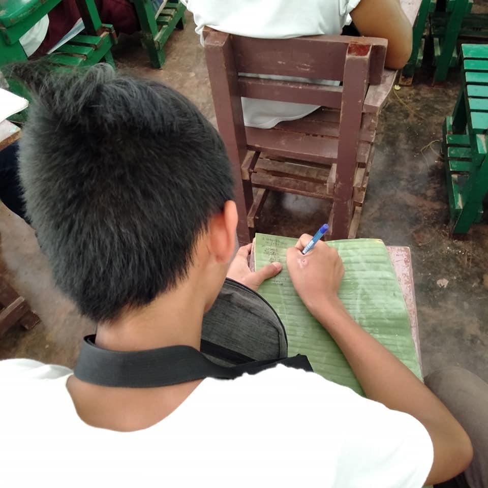 窮困男童筆記「寫在香蕉葉」上 超鼻酸「好學背影」網友狂捐物資、獎學金!