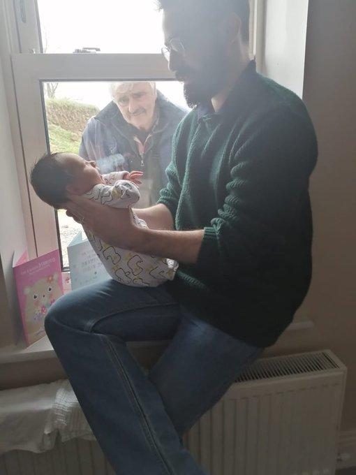 爺爺「怕自己有病毒」不敢接近寶寶 隔玻璃窗「第一次看孫」表情超鼻酸!