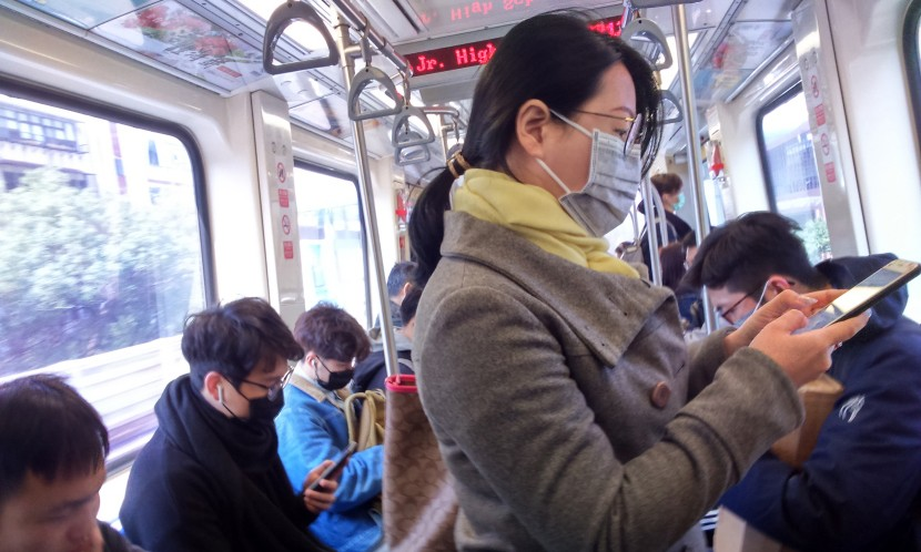 通勤要小心!新冠病毒密閉車廂「可活半小時」 傳播距離「4.5公尺」
