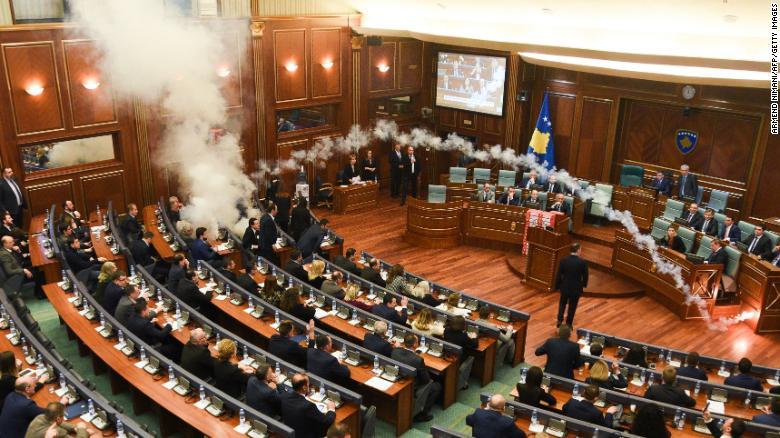 影/比台灣立委還兇!科索沃國會驚見「催淚彈」 警衛「超習慣」默默戴防毒面具