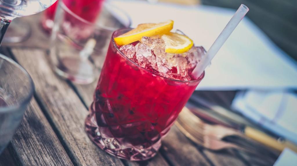 學會點酒就能把到妹!5種「酒吧菜鳥必學」點酒技巧 跟調酒師說「隨便」就糟了