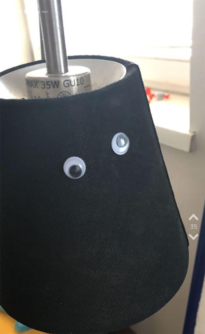 調皮女用「400隻假眼」惡整男友 馬桶「長眼睛」竟撞臉卡通人物!