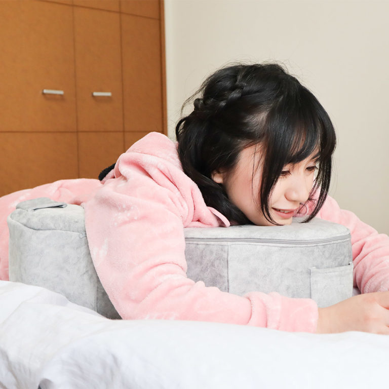 日本推出追劇神器「懶人A型枕」 追完《愛的迫降》再看《梨泰院》也不痠~