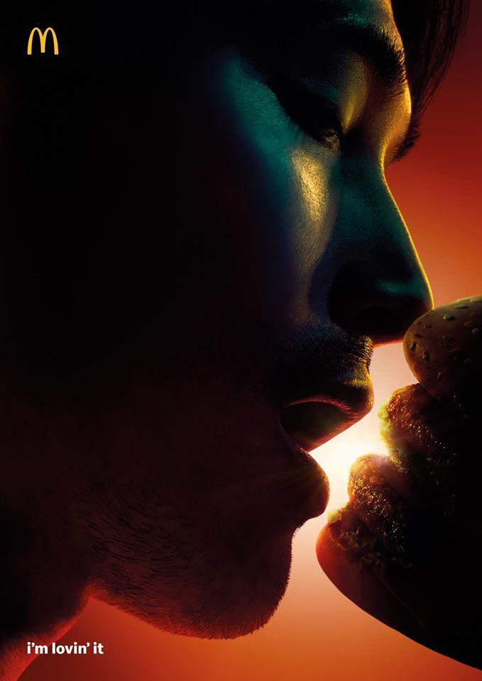 麥當勞新廣告「情侶接吻照」彩蛋卻引發討論 官方:裡面只有1個人!