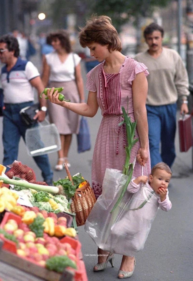神似黛妃!少婦「塑膠袋提嬰」照片爆紅 「33年後」嬰兒變美少女❤