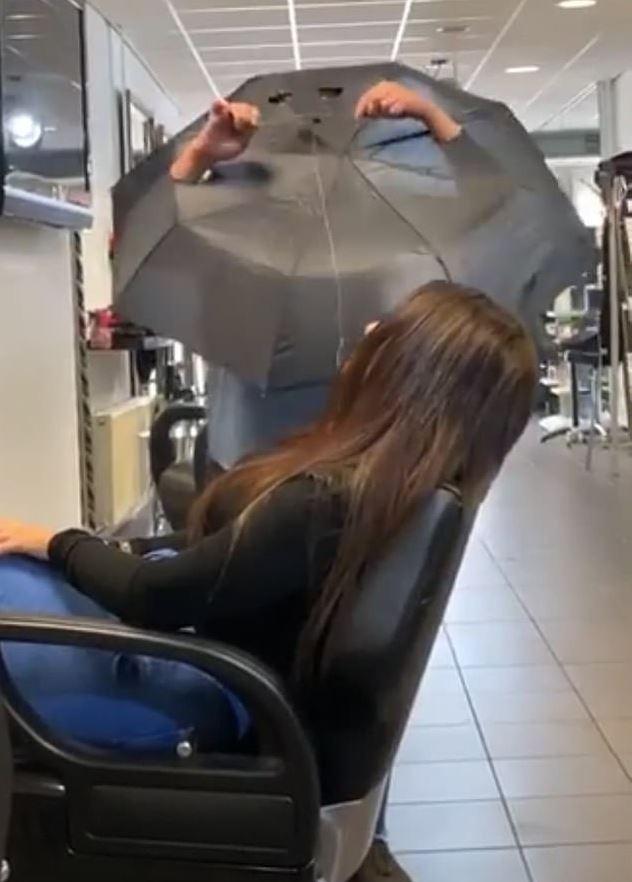設計師怕武肺靠「雨傘開洞」幫客人剪髮 網友笑翻:真的看得到嗎XD