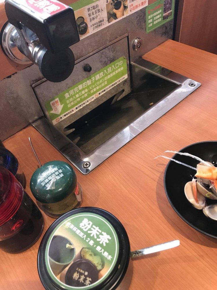 夫妻吃藏壽司 「差4盤可抽獎」 下秒老婆「脫序行動」讓他們慘虧!